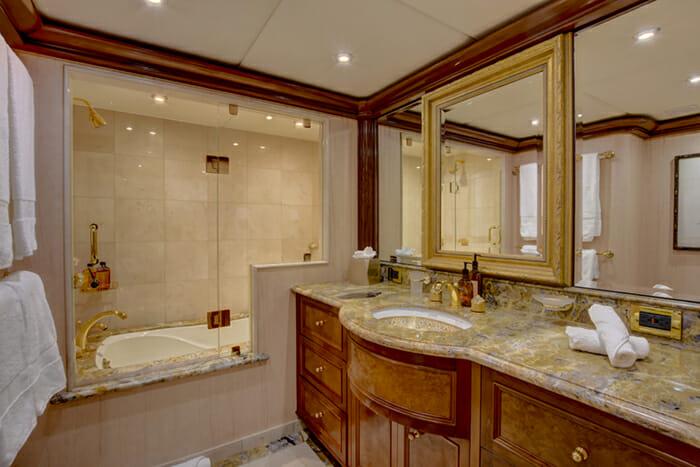 Aquasition guest bathroom 3 with tub
