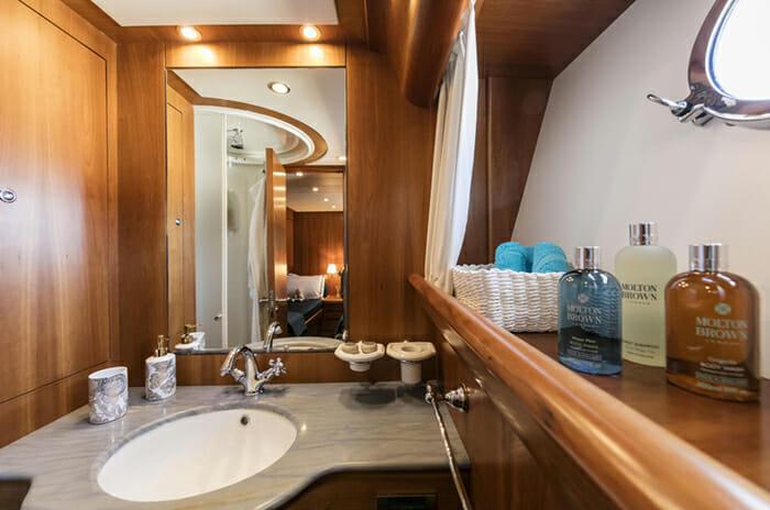 Georgeous Twin Cabin Bathroom