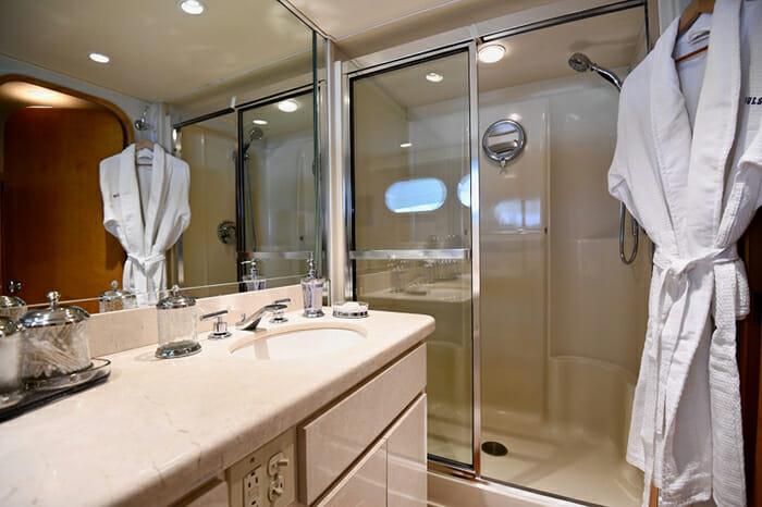 Impulse Yacht Twin Bathroom