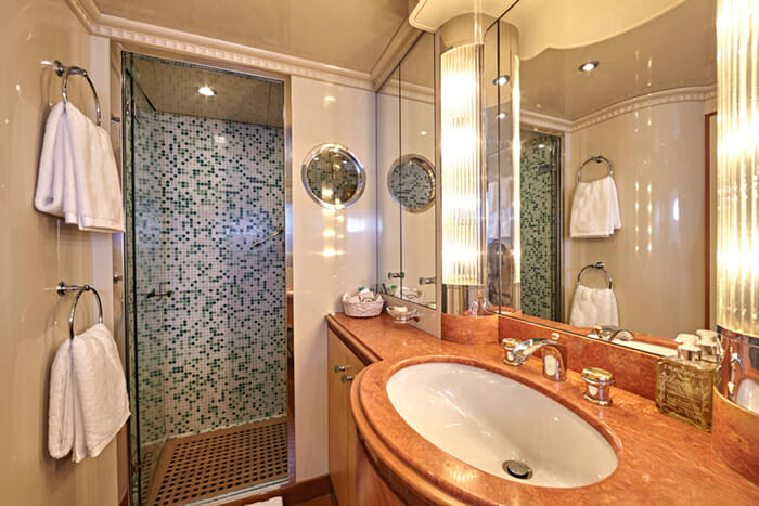 Lady Ellen II Twin Bathroom