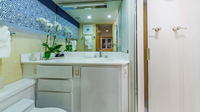 Yacht Alexandra Jane Queen Bathroom