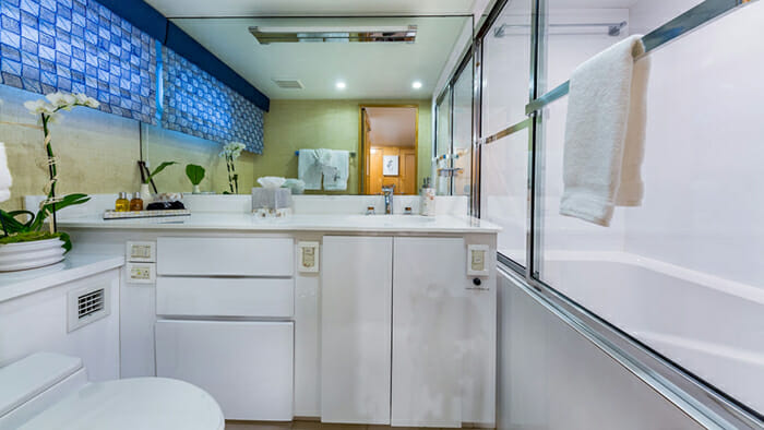 Yacht Alexandra Jane Twin Bathroom 1