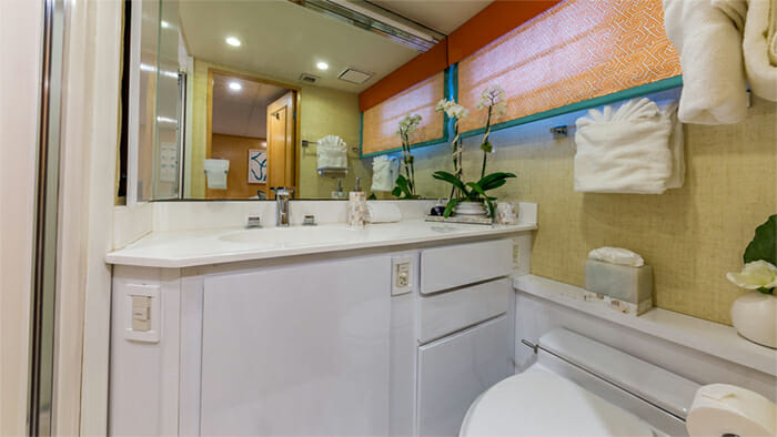 Yacht Alexandra Jane Twin Bathroom 3