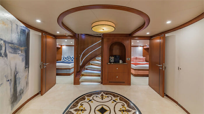 Yacht At Last Guest Foyer