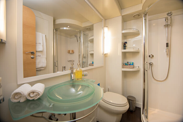Yacht Bella Vita Guest bathroom 1