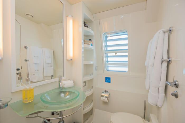 Yacht Bella Vita Guest bathroom 2