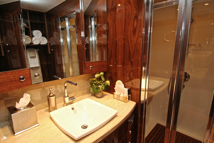 Yacht Carbon Copy Guest bathroom