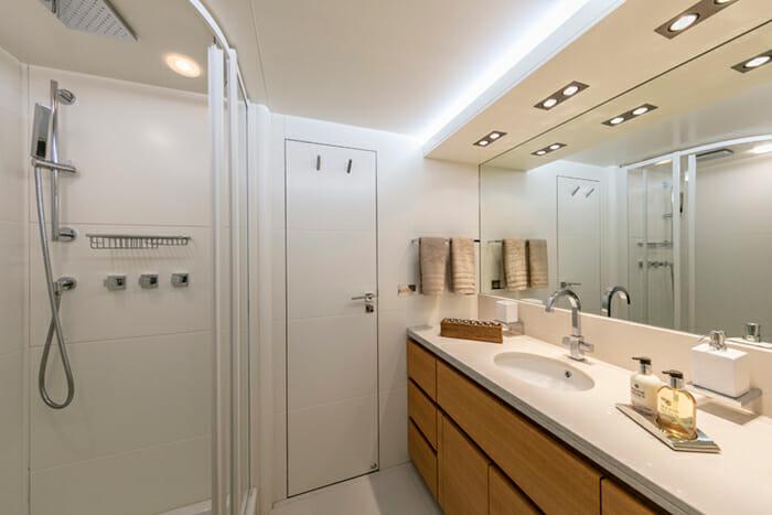 Yacht Celia guest bathroom 1