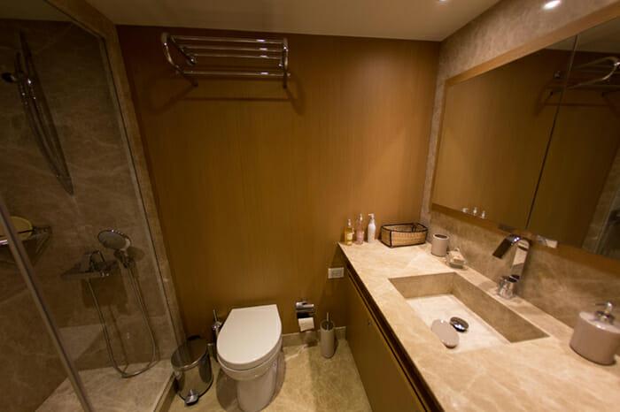 Yacht Le Pietre Guest Bathroom 2