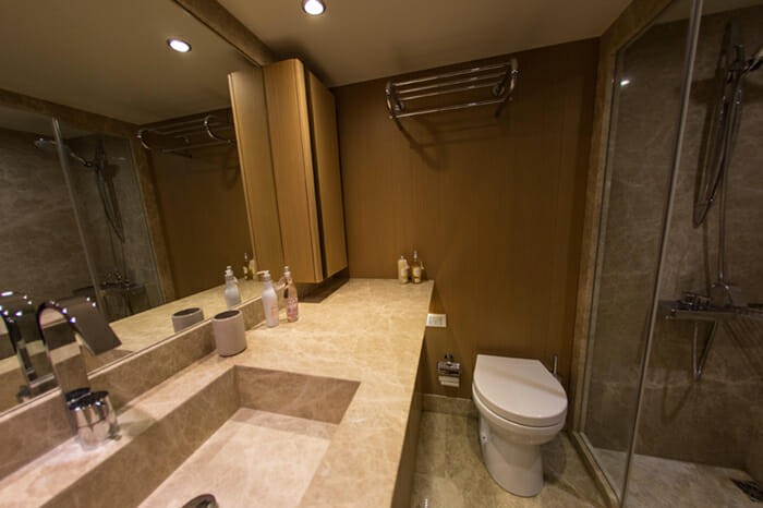 Yacht Le Pietre Guest Bathroom 1