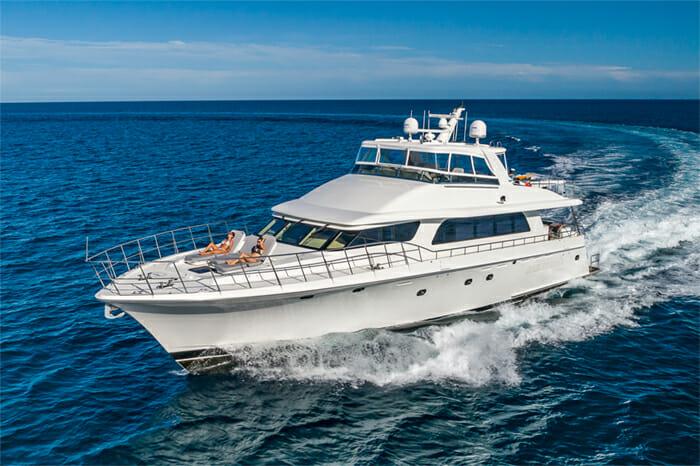 Yacht Oculus cruising
