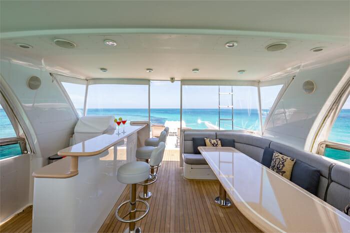 Yacht Oculus enclosed flybridge