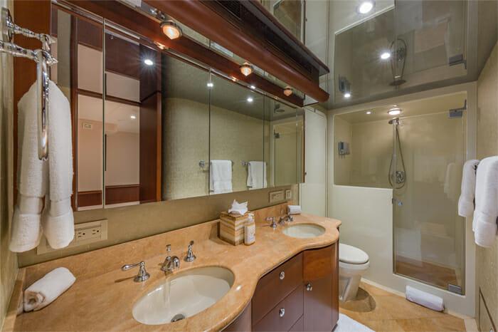Yacht Oculus master bathroom