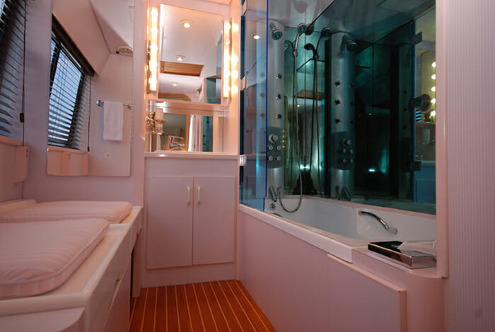 Atlantic Endeavour master bathroom