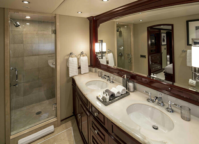 Carpe Diem II guest bathroom