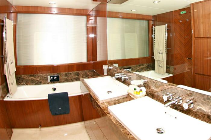 Lady Beatrice master bathroom