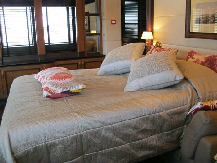 Serenity II lounge convertible cabin